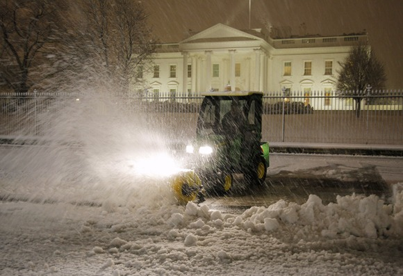 Valomas sniegas prie Baltųjų rūmų