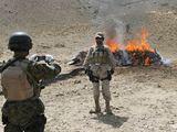 Afganistano kariai fotografuojasi prie naikinamo opijaus krūvos