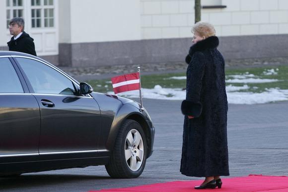 Dalia Grybauskaitė pasitinka Latvijos prezidentą