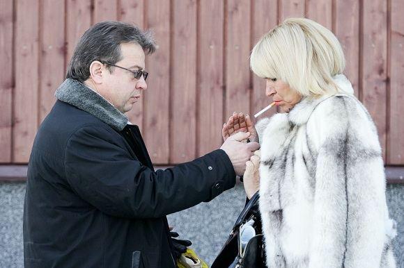 `arūno Mažeikos/BFL nuotr./Trakų teismo kieme patrulio gynėjas bendravo su kolege Svetlana Pronina. Dar priea teismą teisininkė pareiakė nuomonę, kad suimti policininko nebus pagrindo.