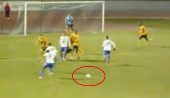 Futbolininkai nubėgo, o kamuolys liko vietoje.