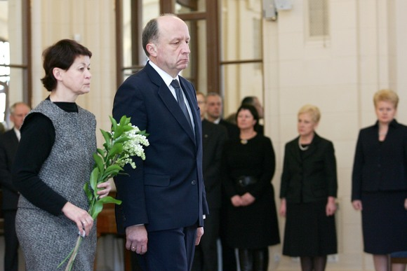 Atsisveikinti su poetu J.Marcinkevičiumi atvyko premjeras Andrius Kubilius su žmona Rasa.