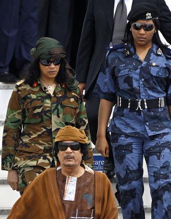 Scanpix nuotr./Muammaras Khadafi su savo apsauga