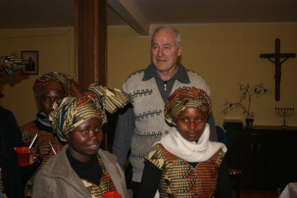 Kun. Hermanas Šulcas su auklėtiniais iš Ruandos.