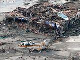 Reuters/Scanpix nuotr./Gelbėtojai dirba visiakai nusiaubtame Minamisanriko mieste.