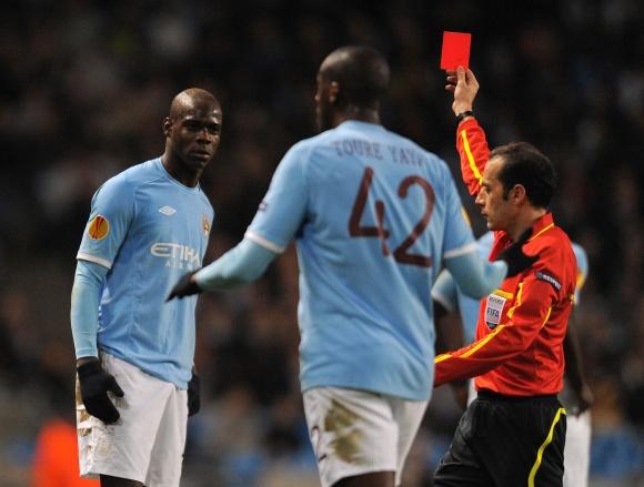 """""""Manchester City"""" klubas didžiąją mačo dalį žaidė be pašalinto Mario Balotelli (kairėje)."""