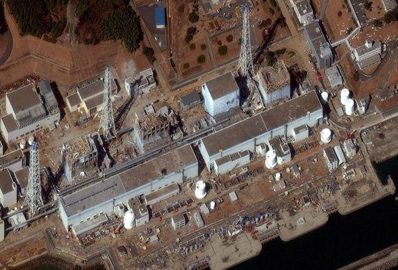 DigitalGlobe/Scanpix nuotr./Fukuaimos-1 atominės elektrinės vaizdas ia viraaus. Reaktorių blokai numeruojami ia deainės į kairę (antrasis blokas atrodo sveikiausias, kitus apgriovė sprogimai).