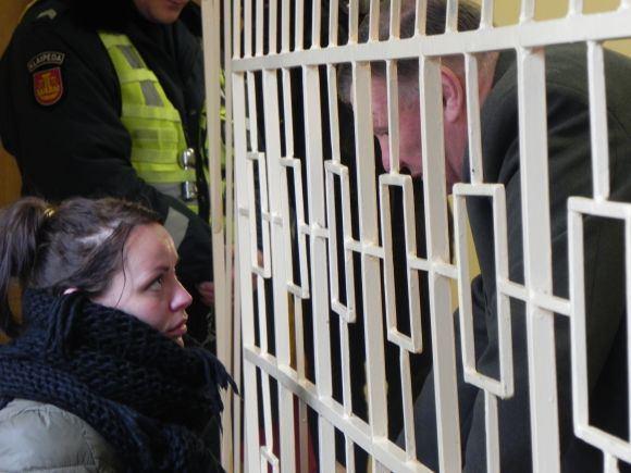 Ginos Kubiliūtės/15min.lt nuotr./Įtariamoji kalbasi su savo advokatu.
