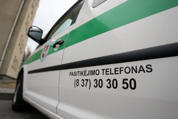 Netrukus Kaune pradės važinėti 10 naujų policijos automobilių, ant kurių nurodomas pasitikėjimo telefonas. Juo paskambinus bus galima anonimiškai pranešti apie pamatytus pažeidimus.