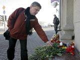 """Reuters""/""Scanpix"" nuotr./Vyras atnešė gėlę."