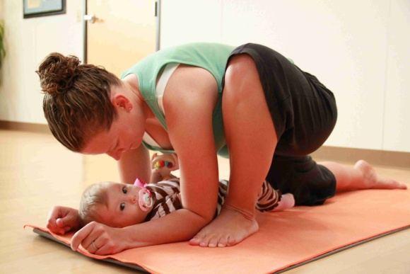 Mama mankštinasi kartu su kūdikiu