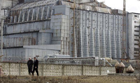 Reuters/Scanpix nuotr./Ketvirtasis Černobylio atominės elektrinės reaktorius paslėptas po betoniniu gaubtu  sarkofagu.