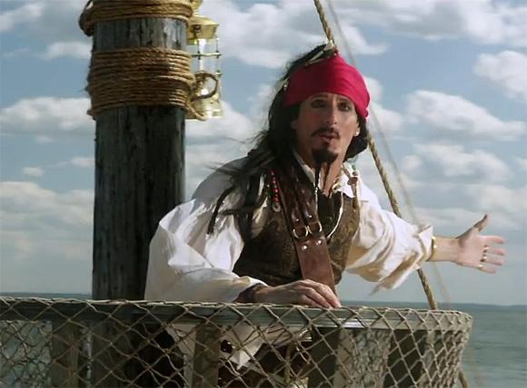 M.Boltonas vaizdo klipe persikūnija į garsųjį kino herojų – Karibų piratą Džeką Sparou.