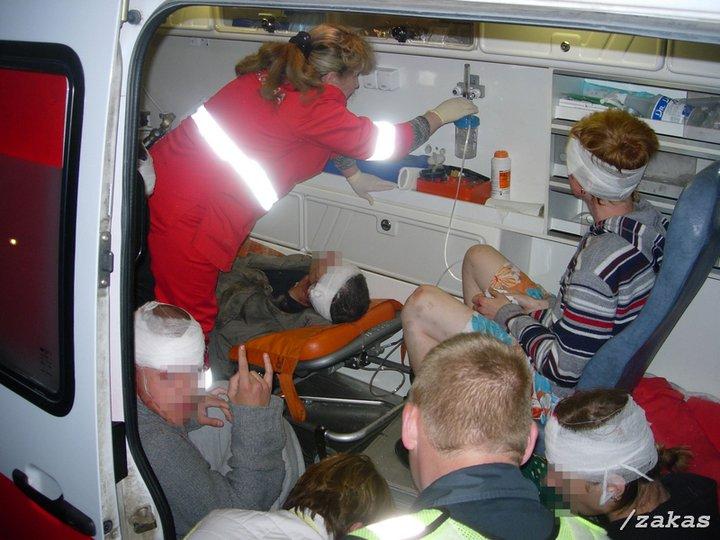 Teleskopinėmis lazdomis ir strypais į galvas sužaloti jaunuoliai greitosios pagalbos mašinoje. Teigiama, jog tokių buvo 8, o galbūt net kelios dešimtys.
