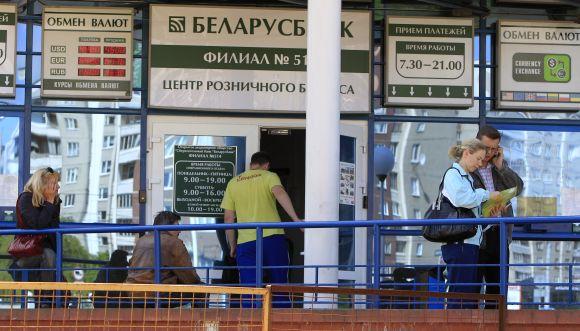 Žmonės Minske laukia prie banko skyriaus, tikėdamiesi nusipirkti bent menką sumą užsienio valiutos.