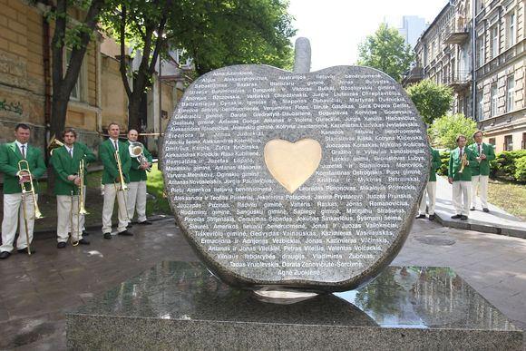 Irmanto Gelūno/15min.lt nuotr./Editos Mildažytės iniciatyva žaliojo granito paminklu pagerbti geros airdies labdariai.