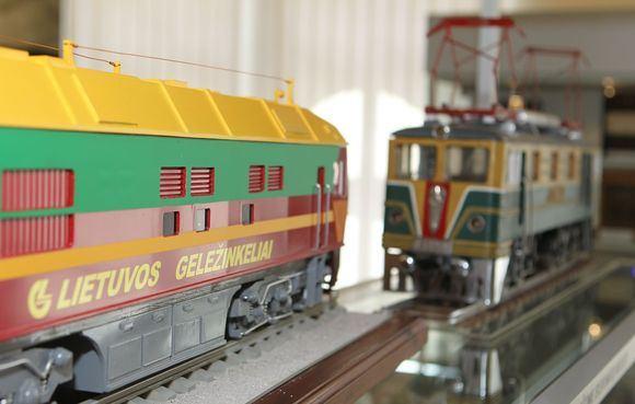 Irmanto Gelūno / 15min nuotr./Vilniaus geležinkelio stoties keleivių rūmuose eksponuojami ir seni lagaminai, ir įrankių dėžės, ir traukiniai.