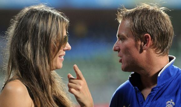 AFP/Scanpix nuotr./Aktorė Elizabeth Hurley su australų kriketo žvaigžde Shane'u Warne'u.