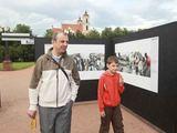 Irmanto Gelūno/15min.lt nuotr./Deivis su sūnumi Edvinu apžiūri pasaulio spaudos fotografijas.