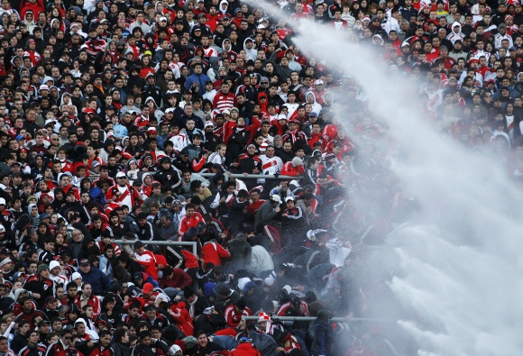 """Įsiaudrinusius """"River Plate"""" sirgalius pareigūnai tramdė vandens patrankomis."""