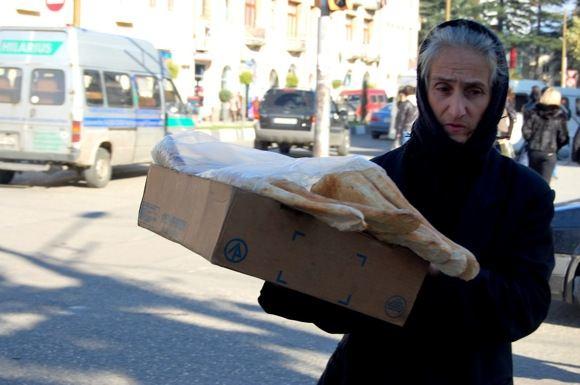 R.Jegorovos nuotr./Gatvėse pagyvenusios moterys stengiasi parduoti praeiviams cigaretes, saulėgrąžas ar kiniakus niekučius.