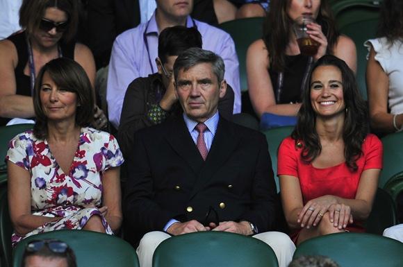 Pippa Middleton (dešinėje) su tėčiu Michaelu (centre) ir mama Carole (kairėje)