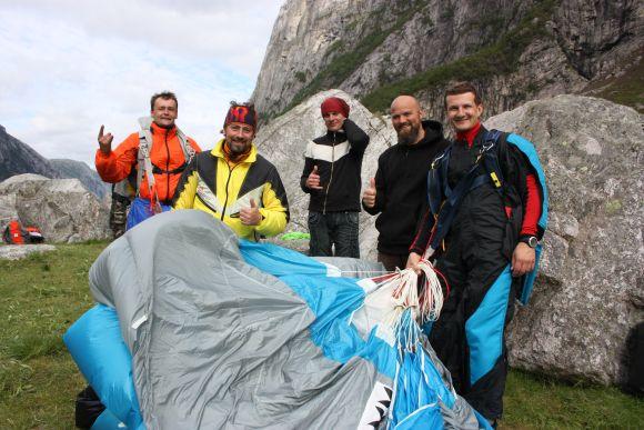 Penkiems lietuviams (iš kairės) – Jevgenijui Burganui, Robertui Rezgevičiui, Vaidotui Milašiui, Algimantui Stankevičiui, Gyčiui Skučui pavyko įveikti Norvegijos Kjerag kalną.