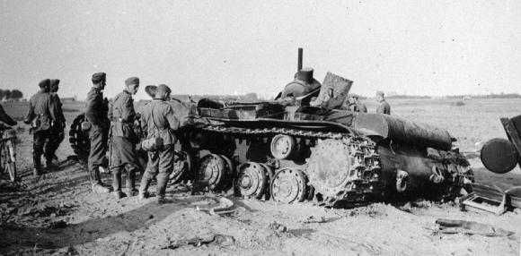 Vokiečių kariai prie sunaikinto sovietų tanko (1941 m. vasara)