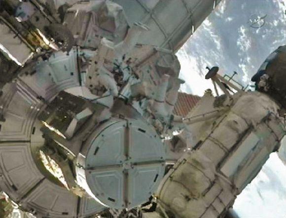 Astronautai išėjo į atvirą kosmosą