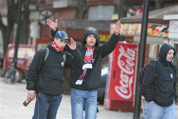 Kovo pabaigoje į Kauną suvažiavę keli tūkstančiai futbolo aistruolių iš Lenkijos S.Dariaus ir S.Girėno stadiono prieigose buvo sukėlę riaušes.