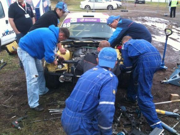 Žilvino Pekarsko/15min.lt nuotr./Rotoma Racing komandos mechanikai pluaa prie BMW M3