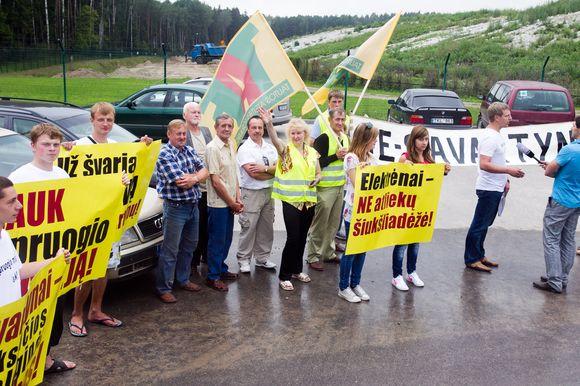 Kazokiškių sąvartyne ministrą ir merą pasitiko piketuotojai, teigiantys, kad Elektrėnai neturi būti Vilniaus sąvartynas.