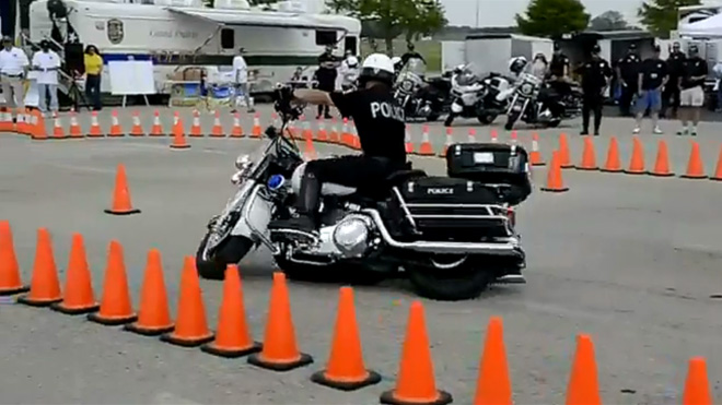 "Policininkas su ""Harley-Davidson"" motociklu"