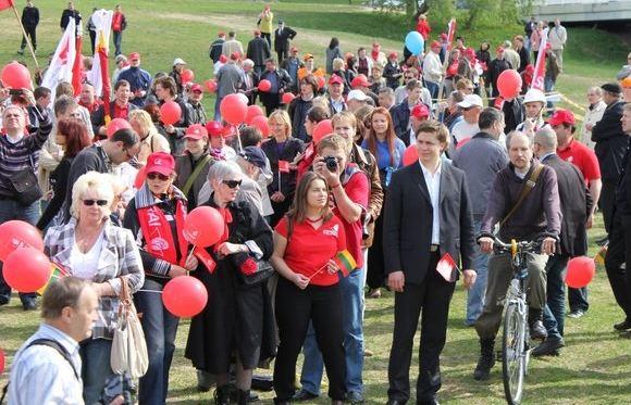 LSDJS nuotr./Lietuvos socialdemokratinio jaunimo sąjungos nariai gegužės 1-osios dienos eitynėse sostinėje.