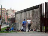 AFP/Scanpix nuotr./Darbininkai restauruoja Berlyno sienos likučius.