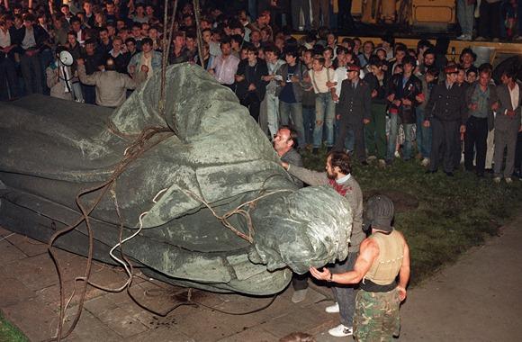 Minia žmonių žiūri kaip nuverčiama KGB įkūrėjo Felikso Dzeržinskio statula (1991 m. rugpjūčio 22 d.).