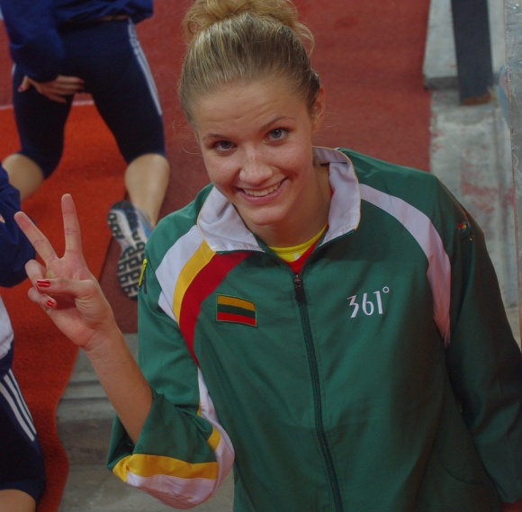 Airinė Palšytė džiaugiasi medaliu.