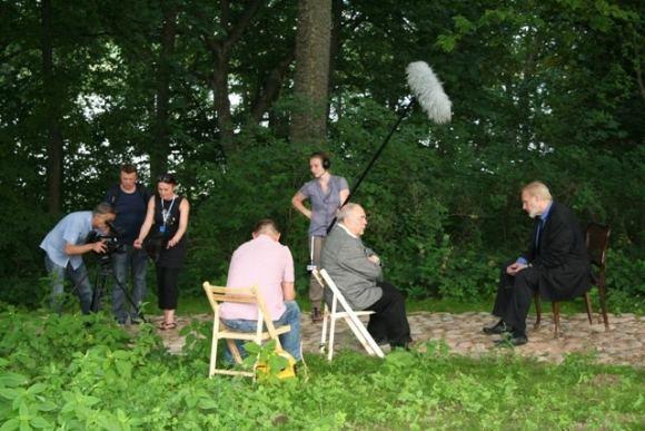 Jauniaus `pakausko nuotr./Filmo kūrybinė grupė kalbina ia Č.Miloao sūnų A.Miloaą