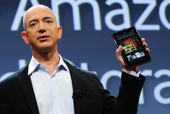 "AFP/""Scanpix"" nuotr./""Amazon"" generalinis direktorius Jeffas Bezosas pristato planšetinį kompiuterį ""Kindle Fire""."