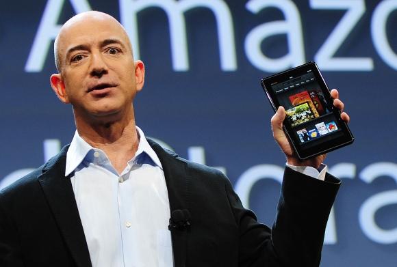 """""""Amazon"""" generalinis direktorius Jeffas Bezosas pristato planšetinį kompiuterį """"Kindle Fire""""."""