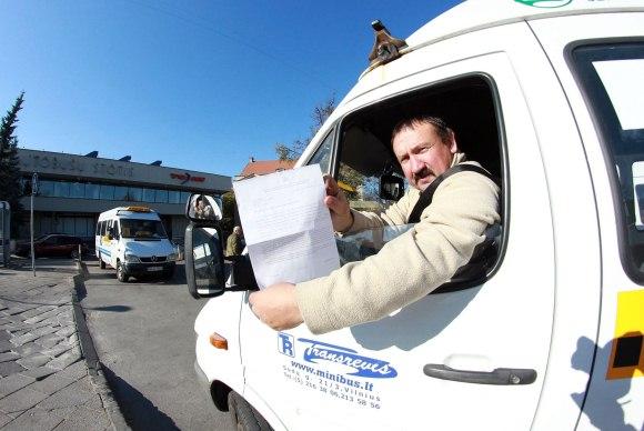 Mikroautobusų vairuotojai savivaldybės pažadų pratęsti sutartis dar negirdėjo. Jų rankose – tik įspėjimai, kad nuo naujųjų metų darbo nebeturės.