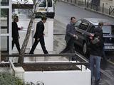 Reuters/Scanpix nuotr./Nicolas Sarkozy iaeina ia privačios gimdymo klinikos Paryžiuje.