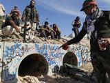 Scanpix nuotr./Libijos sukilėliai parodė vietą, kur buvo rastas Muamaras Kadhafi