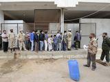 AFP/Scanpix nuotr./Smalsuoliai laukia eilėje, kad galėtų apžiūrėti Muamaro Kadhafi ir jo sūnaus Mutassimo lavonus.