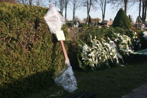 Kapinės lūžta nuo gėlių