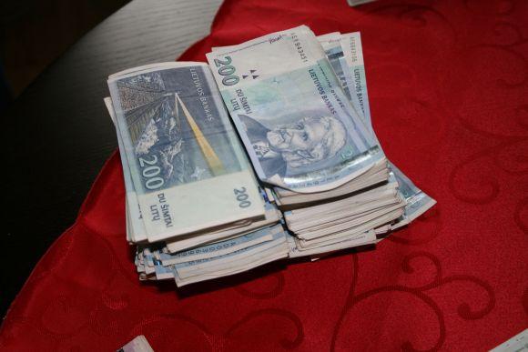 Pinigine bauga atsipirks tik viena iš sukčių trijulės.