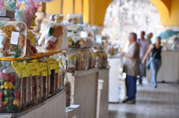Greitgrisim.lt/Saldumynų parduotuvė Kolumbijos miesto gatvėje