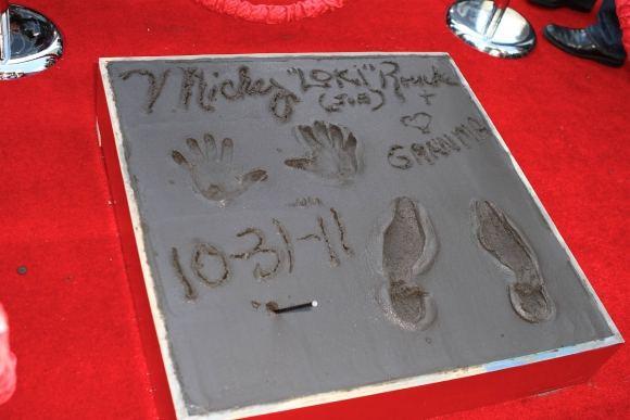 Scanpix nuotr./Prie kinų teatro Grauman's Mickey Rourke'ui niekas netrukdė įamžinti ir savo aunelio Loki vardo.