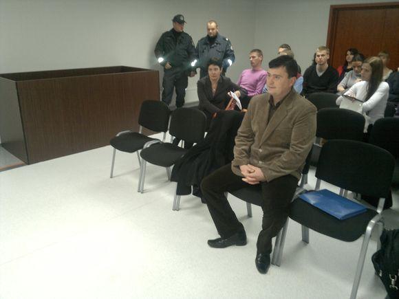 M.Kuprevičių atvesdino policija, popietę į posėdį atvyko ir E.Žiobienė (antrojoje eilėje).