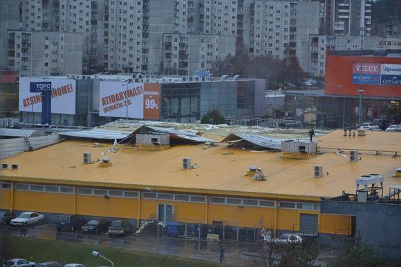15min.lt skaitytojo Mariaus Grigaičio nuotr./Vėtra per nakti nuplėaė dalį IKI stogo (Fabijoniakių g. 2a, Vilnius)